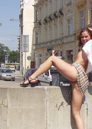 Распутная телочка гуляет по улицам красивого города и при этом оголяется на глазах у шокированного народа - фото 1