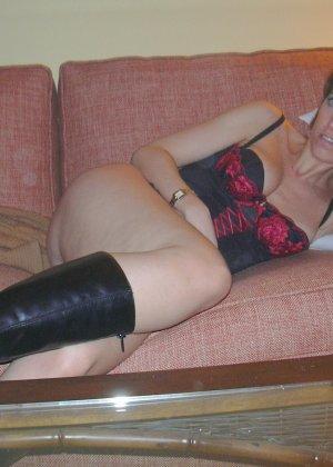 Смелая дамочка хранит большую коллекцию сексуальных фотографий, на которых она показывает всю себя - фото 28