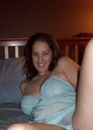 Брюнетка любит снимать селфи, причём она обнажается и показывает себя без всего - фото 5