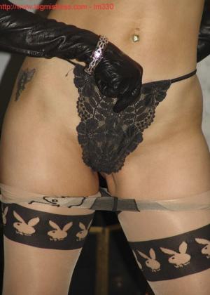 Зрелая роковая блондинка показывает свое хорошо сохранившееся тело с множеством татуировок - фото 33