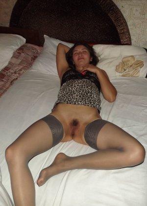 Девушка раскрывает перед всеми ножки и показывает волосатую пизденку, слегка стесняясь - фото 3