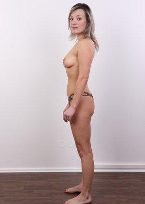 Девушка участвует в фотосессии, чтоб показать своё обнажённое тело перед камерой всем желающим - фото 8