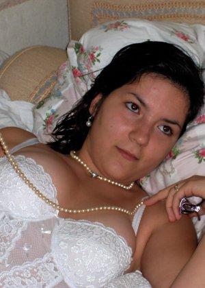 Сильвия показывает свои многочисленные эротические наряды, в которых она выглядит очень сексуально - фото 12
