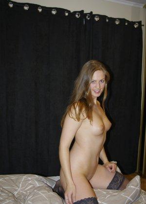 Сексуальная девушка делает откровенные селфи, снимая себя в разных ситуациях, даже с вибраторами - фото 30