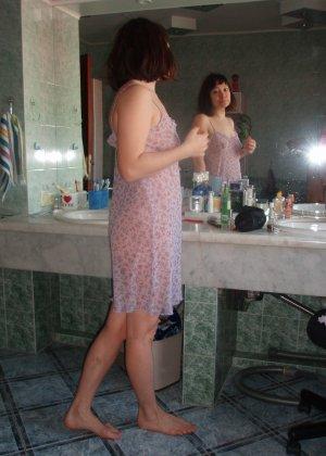 Ребекка с волосатой пиздой не стесняется своей естественности – она готова к съемке даже во время секса - фото 36