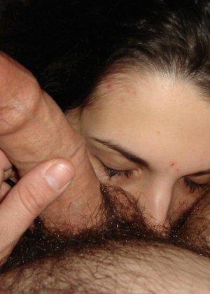 Раскованная девушка делится своими домашними фотографиями, на которых она готова показать всю личную жизнь - фото 36