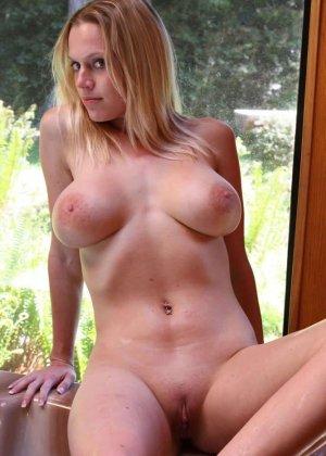 Горячая блондинка шокирует объёмом своей груди - ей действительно есть чем похвастаться - фото 11