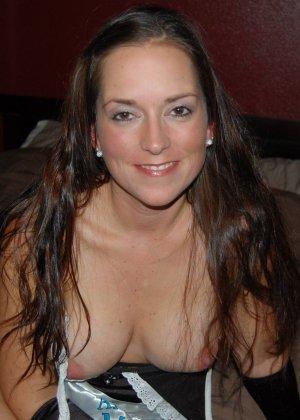 Американская шлюшка показывает свое тело в костюме горничной – она принимает разные эротические позы - фото 18