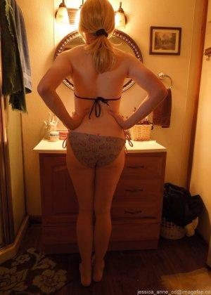 Девушка меняет разное белье перед зеркалом и показывает себя перед камерой, но скрывает лицо - фото 14