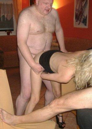 Блондинку окучивают четыре мужика и она старательно всех ублажает, как только умеет - фото 17