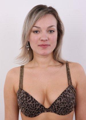 Девушка участвует в фотосессии, чтоб показать своё обнажённое тело перед камерой всем желающим - фото 5