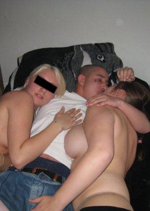 Девушки напиваются и устраивают мощную оргию на весёлой домашней вечеринке - фото 9