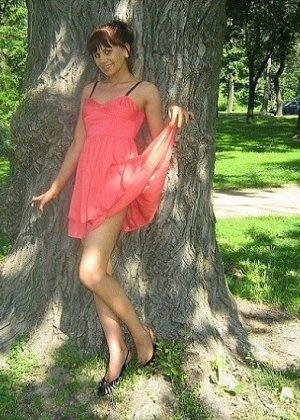 Девушка гуляет в летнем платье и периодически приподнимает его, чтобы показать свою киску - фото 8