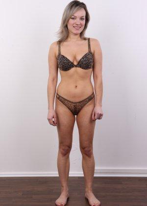 Девушка участвует в фотосессии, чтоб показать своё обнажённое тело перед камерой всем желающим - фото 6