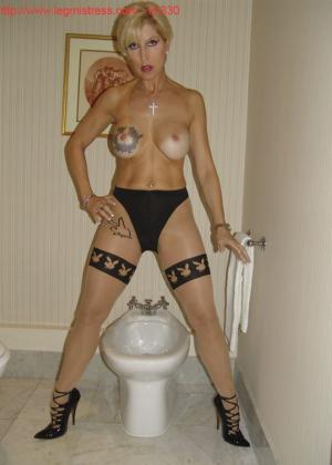 Зрелая роковая блондинка показывает свое хорошо сохранившееся тело с множеством татуировок - фото 40