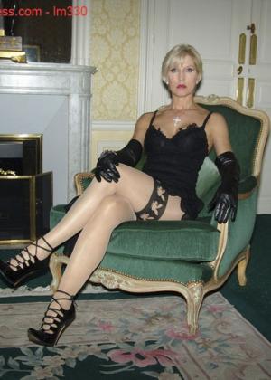 Зрелая роковая блондинка показывает свое хорошо сохранившееся тело с множеством татуировок - фото 1