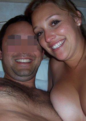 Парочка любит снимать домашнее эротическое фото, на которых они занимаются жарким сексом - фото 14