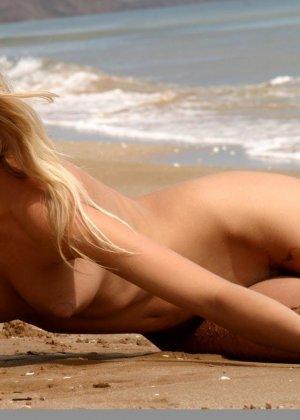 Красивая блондинка показывает стройную фигуру, плескаясь на море и выходя на нежный песок - фото 8