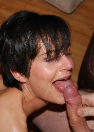 Девушка показывает свою волосатую пизденку, а затем подставляет все щелочки для качественного секса - фото 25