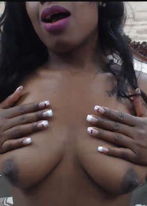 Чернокожая дамочка показывает своё тело, специально принимая откровенные позы - фото 7