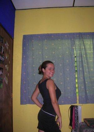Девушка соглашается на домашнюю фотосессию, в которой она показывает все свои достоинства - фото 2