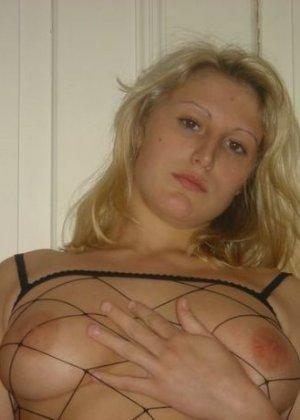 Юлия любит баловаться со своей подружкой – она переодевается в черную сетку, которая соблазнительно выглядит - фото 61