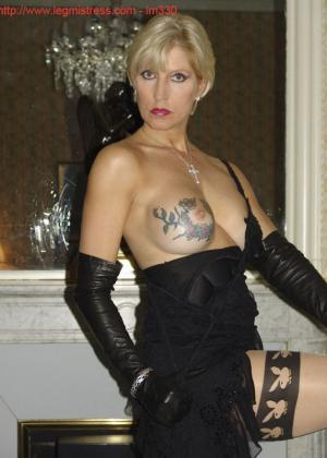 Зрелая роковая блондинка показывает свое хорошо сохранившееся тело с множеством татуировок - фото 22