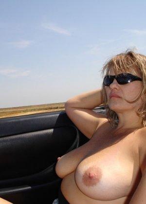Зрелая пышная женщина показывает свое тело, абсолютно не стесняясь взглядов окружающих - фото 11