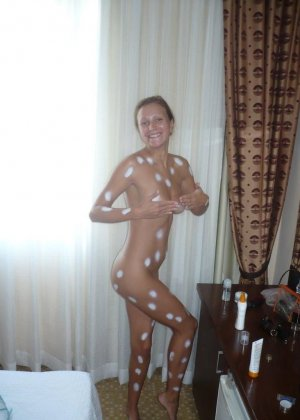 У девушки есть большая галерея фотографий, на которых она иногда дразнит своим телом - фото 49