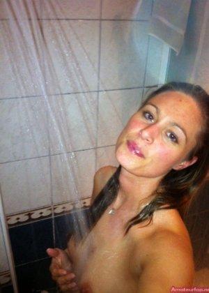 Сексуальная девушка делает откровенные селфи, снимая себя в разных ситуациях, даже с вибраторами - фото 3