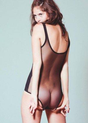 Сексуальные девушки демонстрируют себя в эротических костюмах – они выглядят очень соблазнительно - фото 7