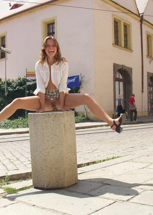 Распутная телочка гуляет по улицам красивого города и при этом оголяется на глазах у шокированного народа - фото 14
