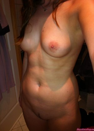 Сексуальная девушка делает откровенные селфи, снимая себя в разных ситуациях, даже с вибраторами - фото 7