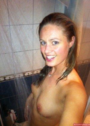 Сексуальная девушка делает откровенные селфи, снимая себя в разных ситуациях, даже с вибраторами - фото 4