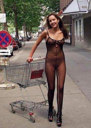 Сексуальные девушки демонстрируют себя в эротических костюмах – они выглядят очень соблазнительно - фото 4