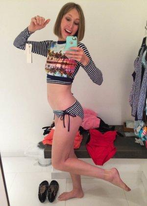 Девушка меняет разные наряды в примерочной и при этом всё снимает, меняя ракурсы и позы - фото 3