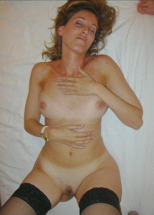 Смелая дамочка хранит большую коллекцию сексуальных фотографий, на которых она показывает всю себя - фото 17