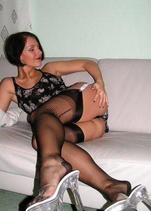 Брюнетка в красивом нижнем белье, демонстрируя очень привлекательное тело под одеждой - фото 6