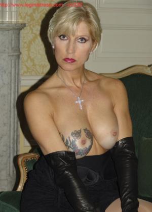 Зрелая роковая блондинка показывает свое хорошо сохранившееся тело с множеством татуировок - фото 25
