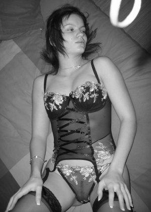 Девушка сначала просто обнажается перед камерой, а затем разрешает снимать себя во время секса - фото 15