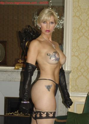 Зрелая роковая блондинка показывает свое хорошо сохранившееся тело с множеством татуировок - фото 36