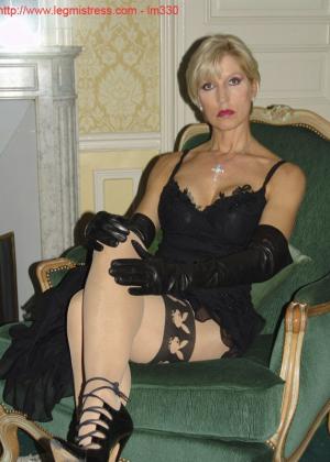 Зрелая роковая блондинка показывает свое хорошо сохранившееся тело с множеством татуировок - фото 5
