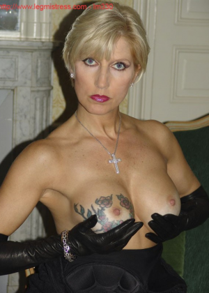 Зрелая роковая блондинка показывает свое хорошо сохранившееся тело с множеством татуировок - фото 26