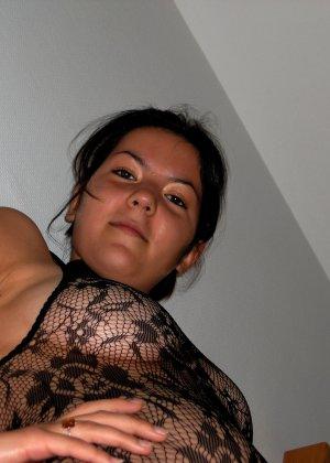 Сильвия показывает свои многочисленные эротические наряды, в которых она выглядит очень сексуально - фото 14