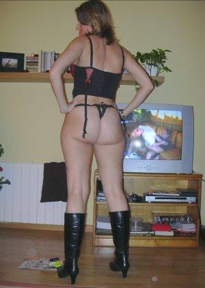 Смелая дамочка хранит большую коллекцию сексуальных фотографий, на которых она показывает всю себя - фото 31