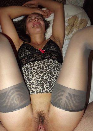 Девушка раскрывает перед всеми ножки и показывает волосатую пизденку, слегка стесняясь - фото 4