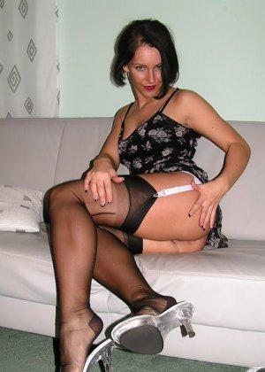 Брюнетка в красивом нижнем белье, демонстрируя очень привлекательное тело под одеждой - фото 4
