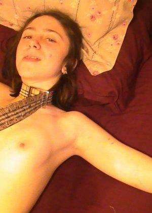 Распутная девушка принимает разные позы перед камерой, демонстрируя себя со всех сторон - фото 25