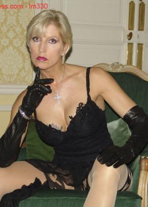 Зрелая роковая блондинка показывает свое хорошо сохранившееся тело с множеством татуировок - фото 6