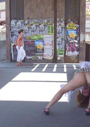 Распутная телочка гуляет по улицам красивого города и при этом оголяется на глазах у шокированного народа - фото 37
